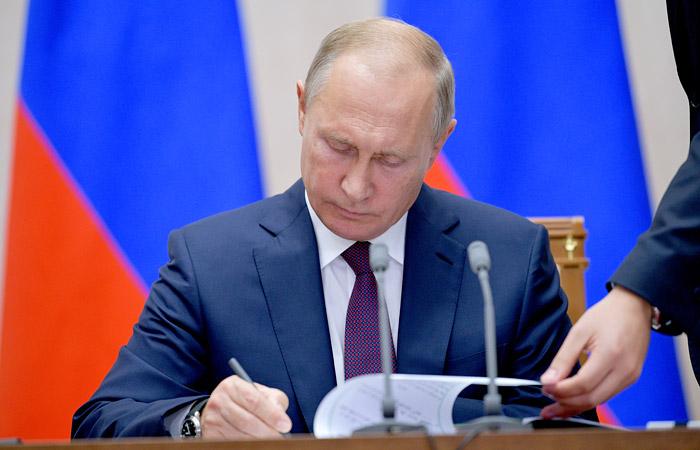 Президент подписал пакет законов об оскорблении госсимволов