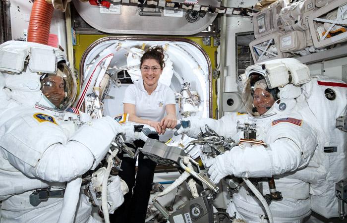 Первый в истории выход в космос двух женщин отменили из-за неподходящего скафандра