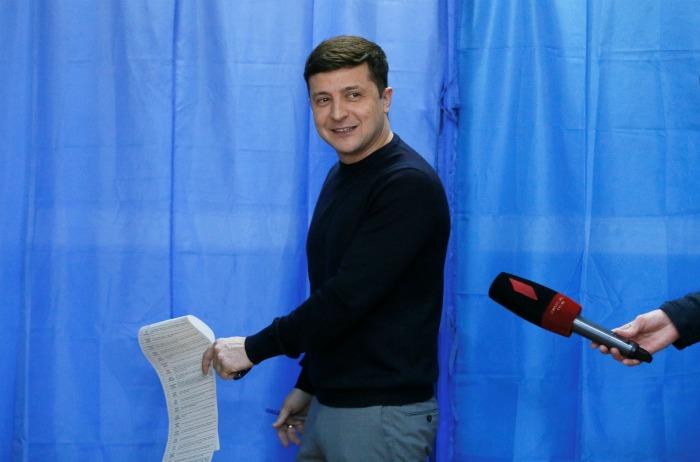 По данным экзитполов, во второй тур выборов на Украине выходят Зеленский и Порошенко