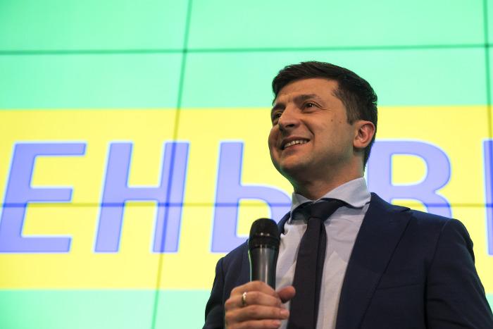 Зеленский и Порошенко набирают 30% и 16,8% после обработки четверти протоколов