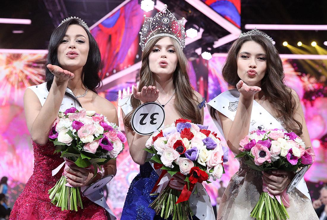 Первая вице-мисс страны Арина Верина, обладательница главного титула Алина Санько и вторая вице-мисс Ралина Арабова (слева направо)