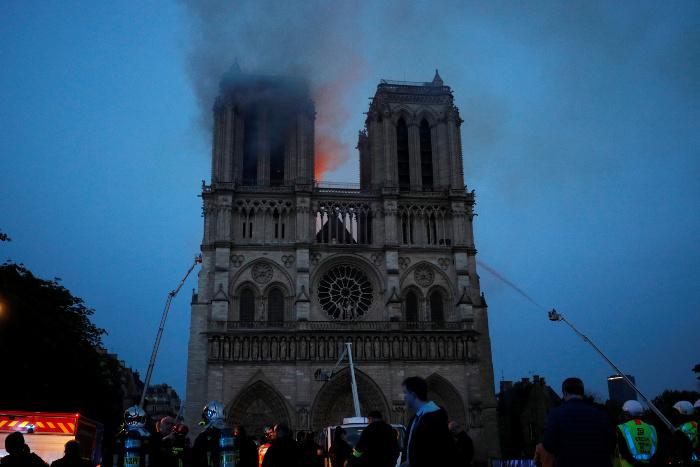 Огонь перекинулся на одну из башен Собора Парижской Богоматери