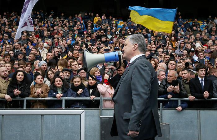 Порошенко и Зеленский подписали соглашение о дебатах на стадионе
