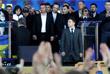 Кандидаты в президенты по призыву Зеленского встают на колени в знак уважения к родственникам погибших на Донбассе