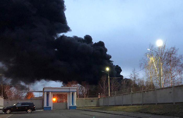"""Пожар на территории """"Красмаша"""" охватил всю площадь склада"""