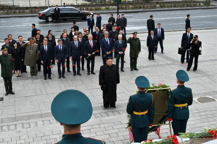 Ким Чен Ын возложил венок и цветы к Вечному огню во Владивостоке