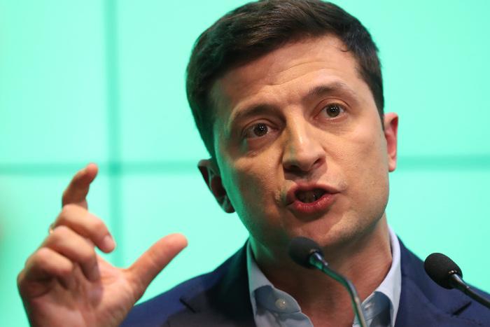 Зеленский усомнился в потребности украинцев в российских паспортах
