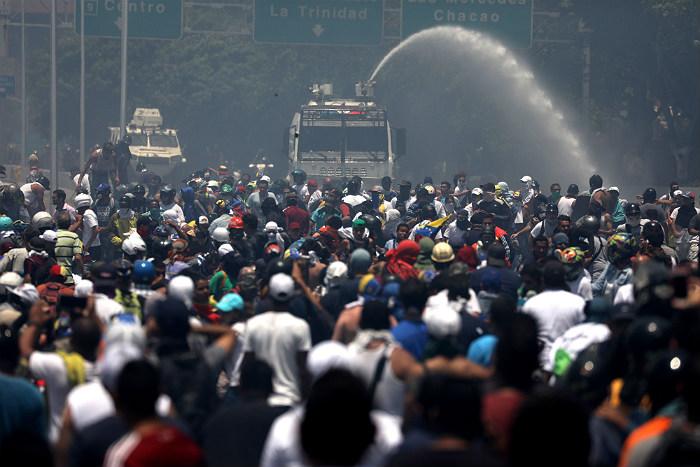 Новые столкновения произошли у авиабазы близ Каракаса