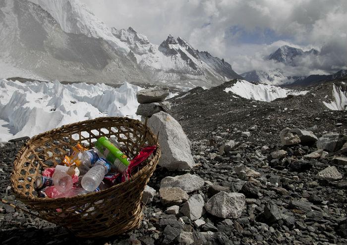 C Эвереста вывезли три тонны мусора