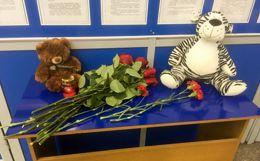 В Мурманске к стихийным мемориалам несут цветы и игрушки