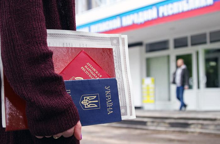 В Луганске открылся пункт приема документов для получения паспортов РФ