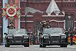 Главком Cухопутных войск Олег Салюков и министр обороны РФ Сергей Шойгу (слева направо) в кабриолетах Aurus Senat