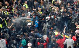 """Акция """"желтых жилетов"""" в Нанте и Лионе переросла в столкновения с полицией"""