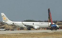"""В Мьянме пассажирский лайнер успешно сел """"на брюхо"""" после отказа шасси"""