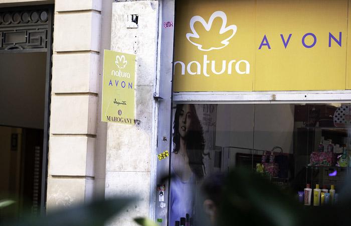 Производителя косметики Avon продадут бразильской компании