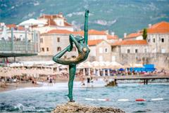 Туристов в Черногории предложили штрафовать на 600 евро за прогулки в купальниках