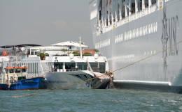 Круизный лайнер столкнулся с теплоходом в Венеции