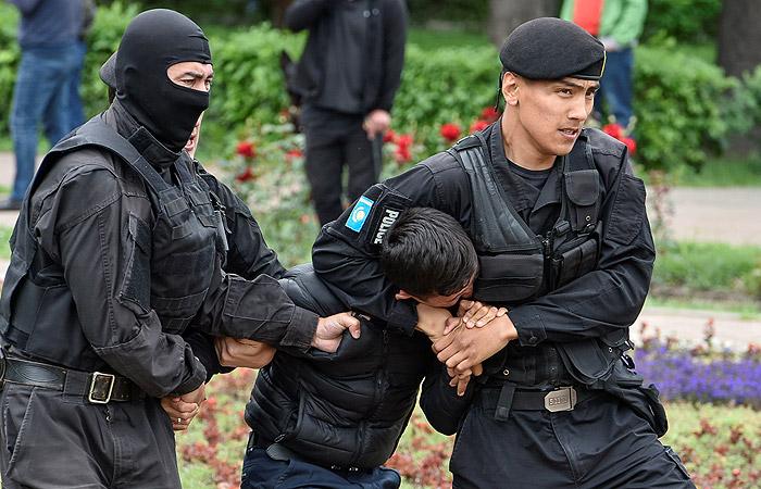Число задержанных в Нур-Султане и Алма-Ате достигло почти 500 человек