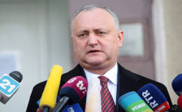КС Молдавии временно отстранил от должности президента Додона