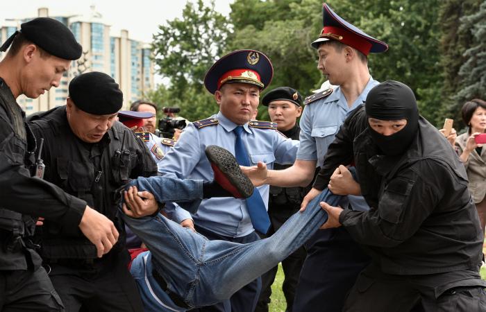 Сто человек задержаны на митингах в Нур-Султане и Алма-Ате