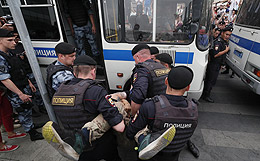 Полиция задержала более 200 человек на несогласованной акции в Москве