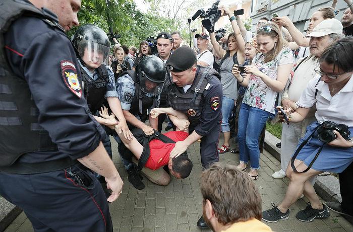 Подростка госпитализировали после задержания на акции в Москве