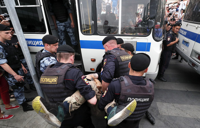 Оштрафован первый участник акции в поддержку журналиста Голунова