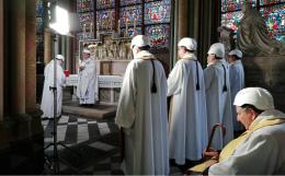 В соборе Парижской Богоматери прошла первая служба со времени пожара