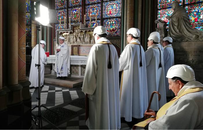 Картинки по запросу В соборе Парижской Богоматери состоялась первая служба после пожара