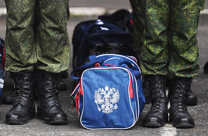 Большинство россиян назвали службу в армии обязательной для мужчины