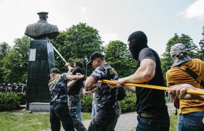 Минобороны РФ предложило наказывать за снос за рубежом памятников российским военачальникам
