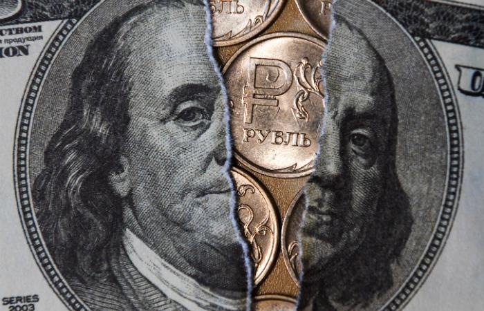 Доллар опустился ниже 63 рублей впервые с 1 августа 2018 года