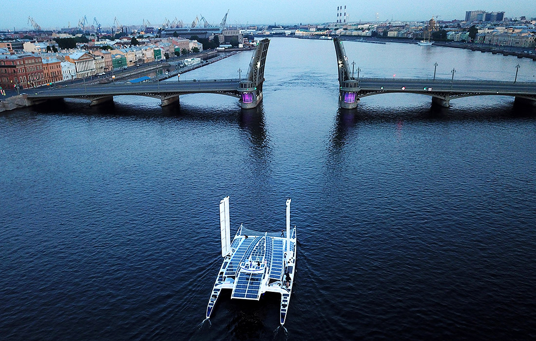 Французское судно-катамаран Energy Observer покидает Санкт-Петербург