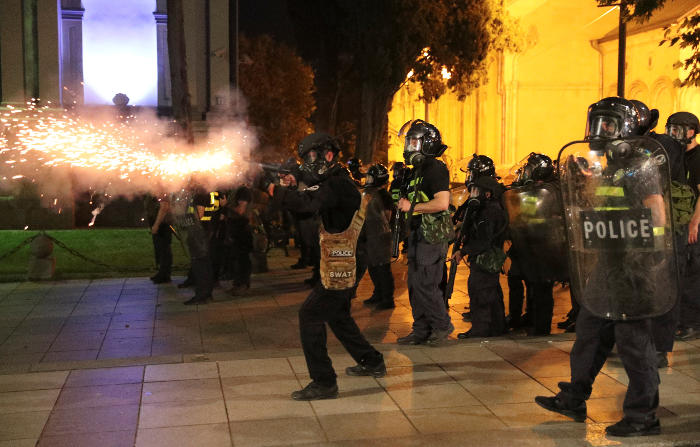 Спецназ открыл огонь резиновыми пулями по протестующим в Тбилиси