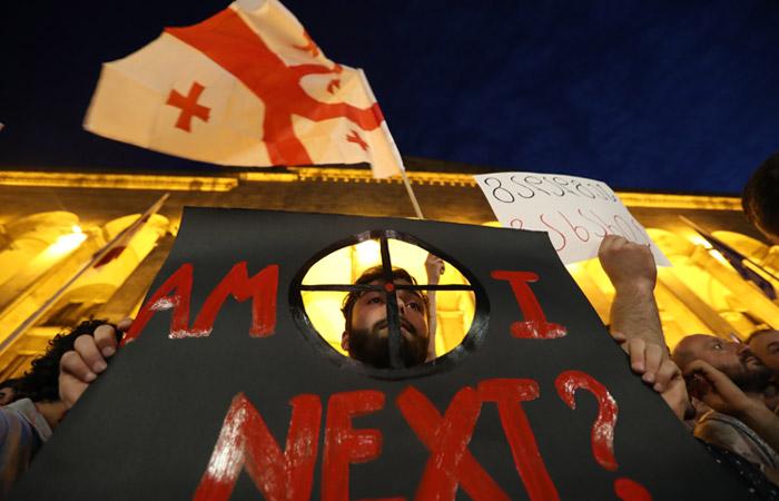 Протестующие в Тбилиси потребовали освободить всех задержанных в ночь на 21 июня