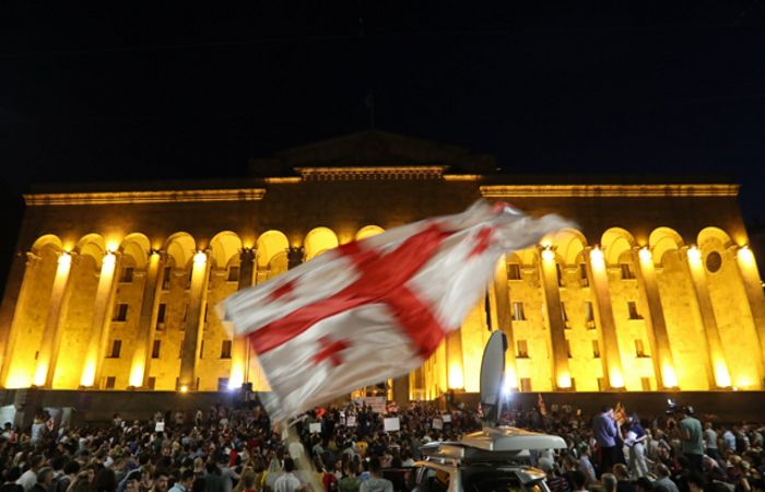 Пятый день акции в Тбилиси завершился живой цепью вокруг парламента