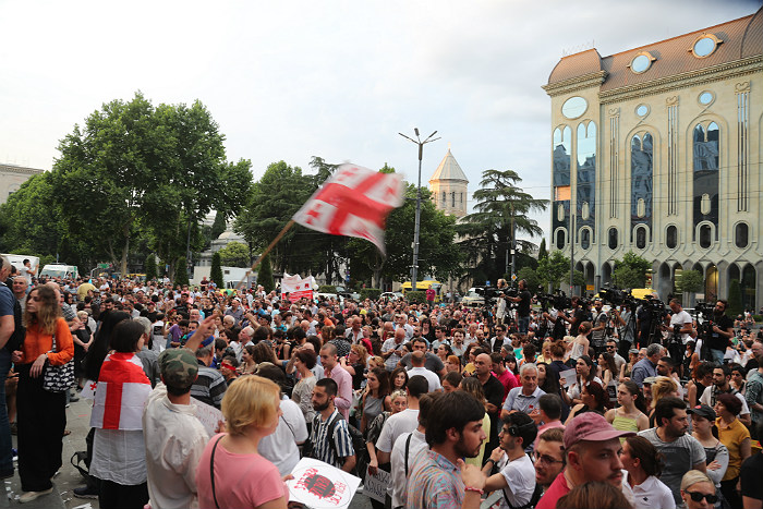 Жена Саакашвили возглавила марш оппозиции в Тбилиси