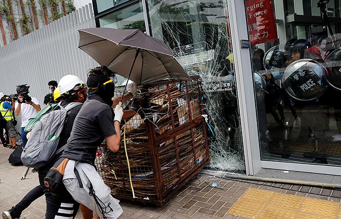 Демонстранты начали штурмовать Законодательный совет Гонконга