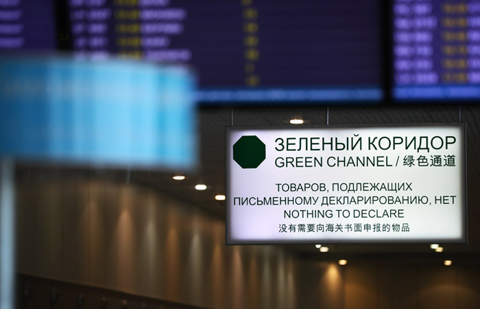 Брали взятки вдолларах: 10-ти сотрудникам Домодедовской таможни предъявили обвинение