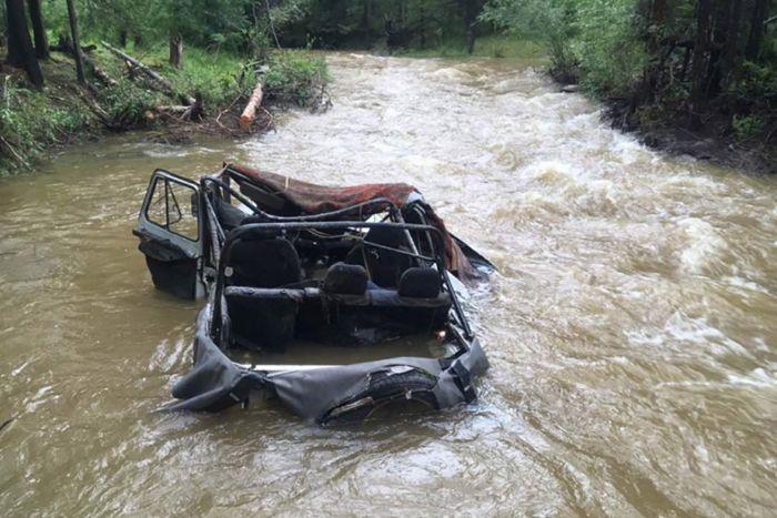 Автомобиль с людьми опрокинуло на реке в Туве после остановки двигателя