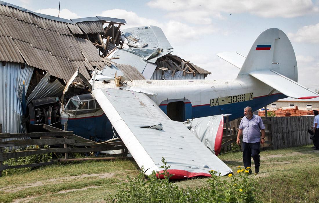 Четыре человека пострадали в результате падения частного самолета на жилой дом в Чечне. Авария произошла в станице Новощедринская. Пилот не справился с управлением, в результате чего самолет рухнул на частный дом. У пилота сломана ключица, трое жильцов госпитализированы в состоянии шока.