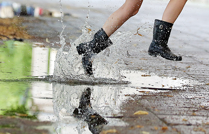 Горожане из-за погоды стали покупать меньше шортов и босоножек и больше резиновых сапог