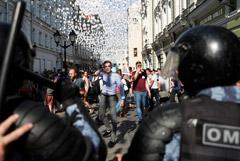 СК возбудил три дела о нападениях на полицию 27 июля в Москве