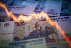 Рубль развернулся вниз к доллару и евро на фоне обвалившейся нефти