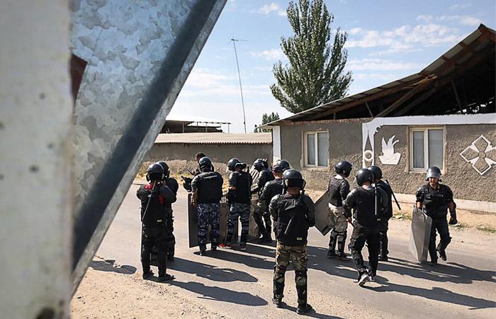 Спецназ МВД Киргизии во время операции в селе Кой-Таш