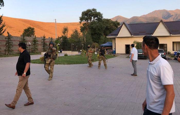 Машина спецназа протаранила ворота экс-президента Атамбаева