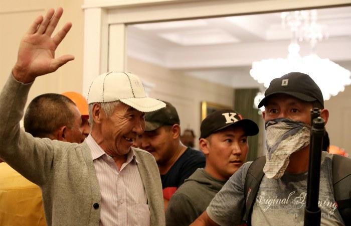 Сторонники Алмазбека Атамбаева в его доме
