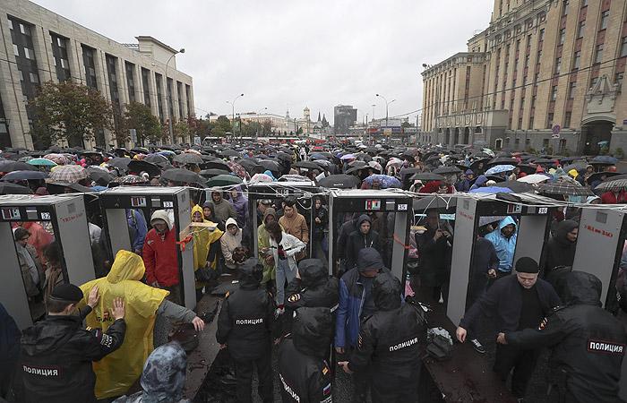 На митинг в центре Москвы пришли около 15 тысяч человек