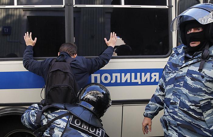 Полиция начала задерживать участников несанкционированной акции в Москве