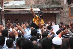 Индийская полиция применила слезоточивый газ против демонстрантов в Кашмире